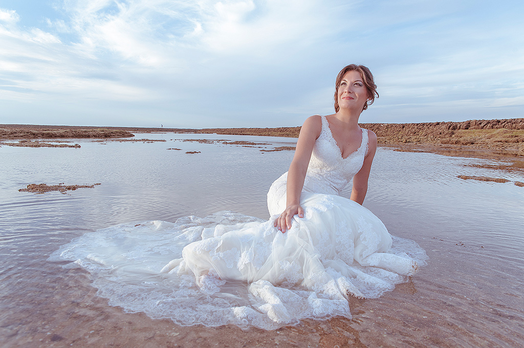 Postboda-novia-agua-playa-tumbada