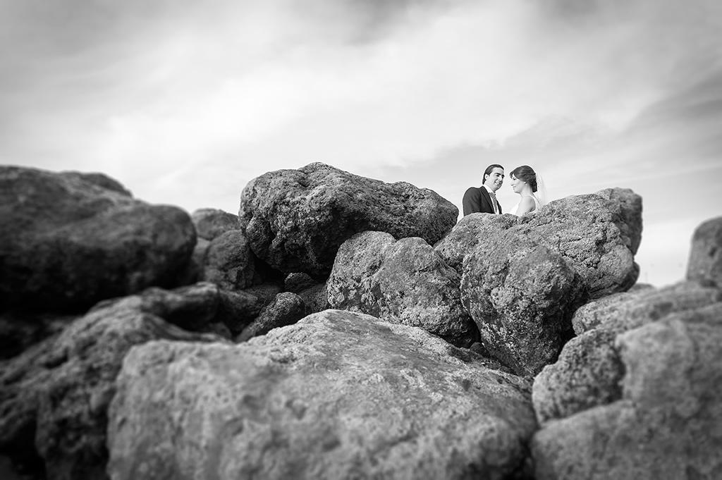 Postboda-novios-playa-rocas-bn